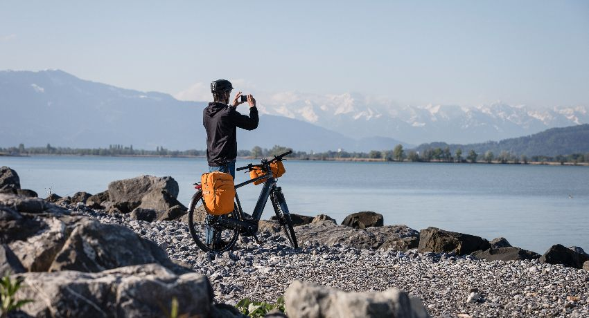 Randonneur à vélo qui s'est arrêté faire la photo d'un lac