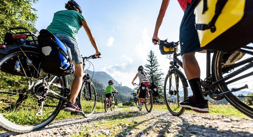 Famille à vélo pendant les vacances