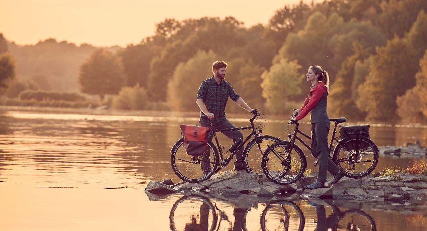 Cyclistes au bord d'un lac