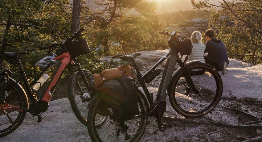 Vélos arrêtés sur des rochers avec coucher de soleil pendant un voyage