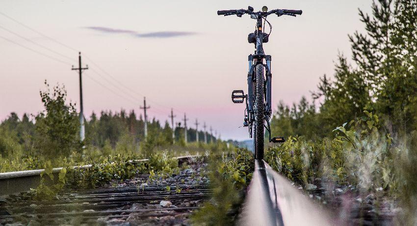 Vélo sur des rails de chemin de fer